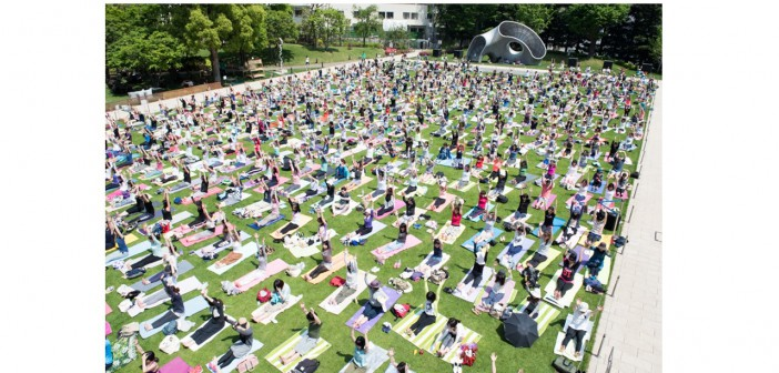 """Mid-Park Yoga – magical moment of becoming """"one"""" (amuzen article)"""